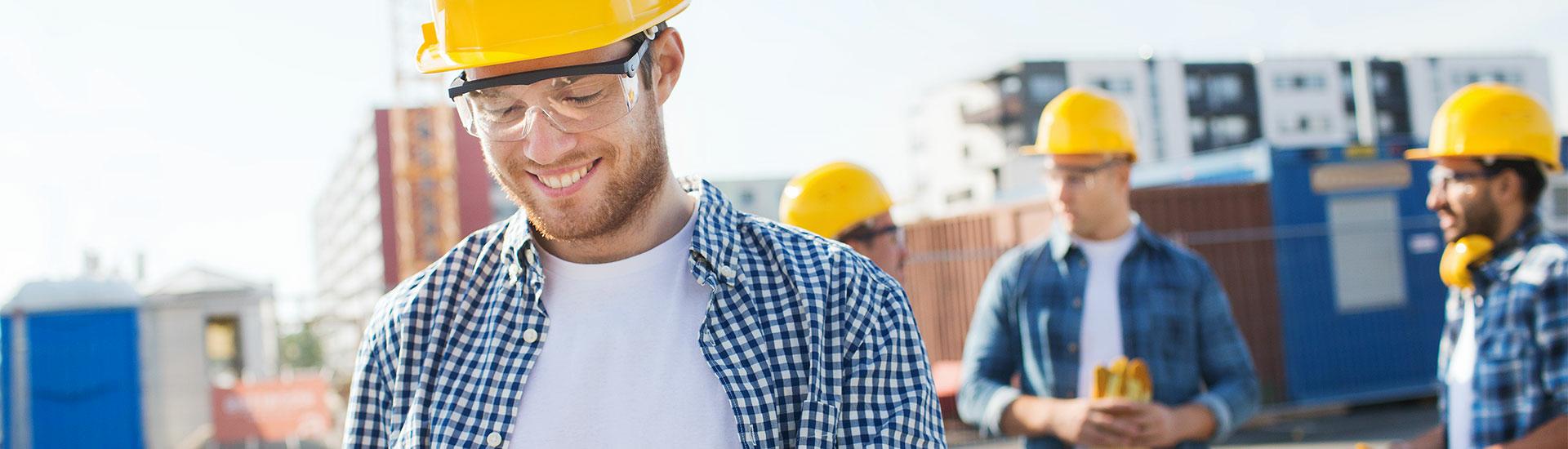 Mann auf der Baustelle mit Tablet